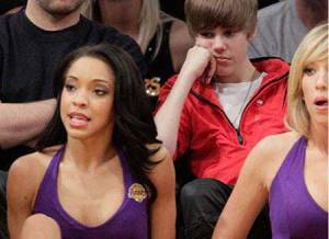 justin-bieber-lakers-girls